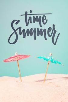 Tarjeta caligráfica de verano con artículos de playa