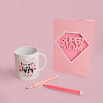 Tarjeta del día de la madre y taza con marcadores