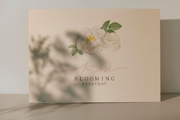 Tarjeta diaria floreciente de rosa con plantilla de sombra de planta