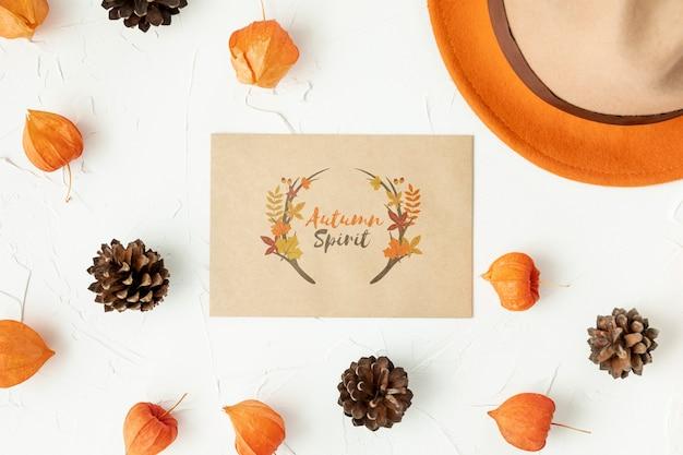 Tarjeta de espíritu otoñal rodeada de hojas y piña