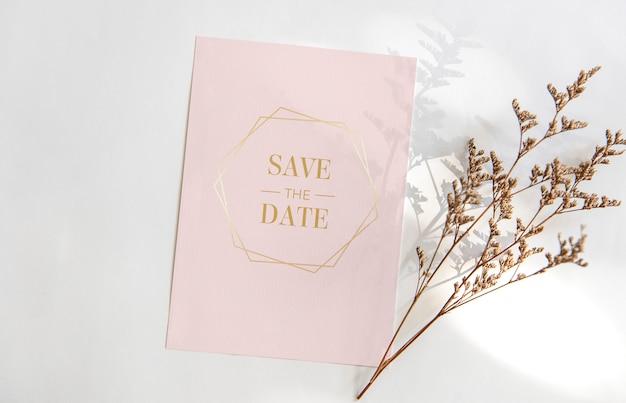 Tarjeta de felicitación en blanco rosa con flor. para maqueta plantilla psd.