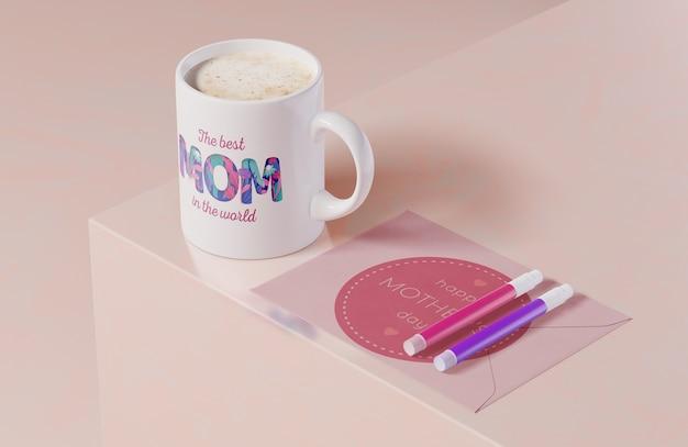Tarjeta de felicitación del día de las madres de primer plano con taza