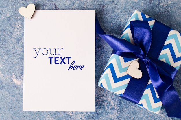 Tarjeta de felicitación para el día del padre o cumpleaños. caja de regalo con papel blanco en blanco