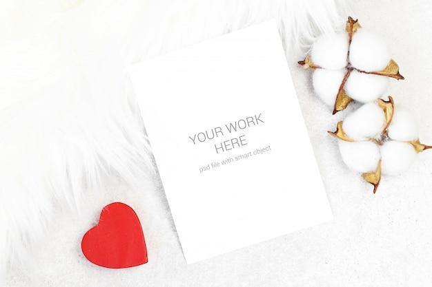 Tarjeta de felicitación de maqueta con algodón sobre fondo peludo
