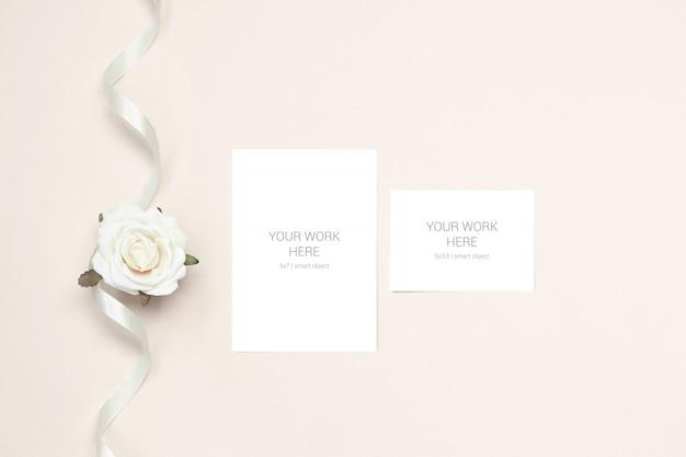 Tarjeta de felicitación de maqueta de boda y rsvp con flor y cinta