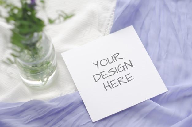 Tarjeta de felicitación de maqueta de papelería de verano o invitación de boda con flores violetas y delicadas cintas de seda en blanco