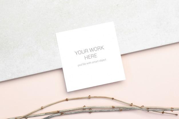 Tarjeta de felicitación de maqueta con rama de madera en color beige
