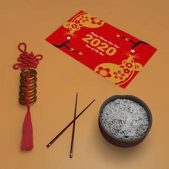 Tarjeta de felicitación y mesa preparada para año nuevo