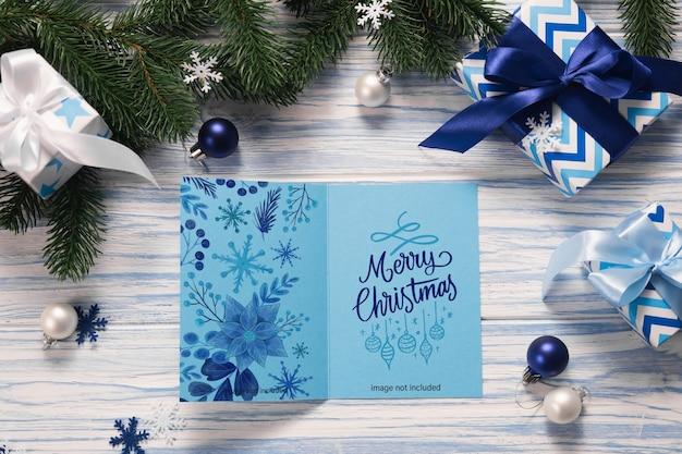 Tarjeta de felicitación de navidad en blanco con cajas de regalo