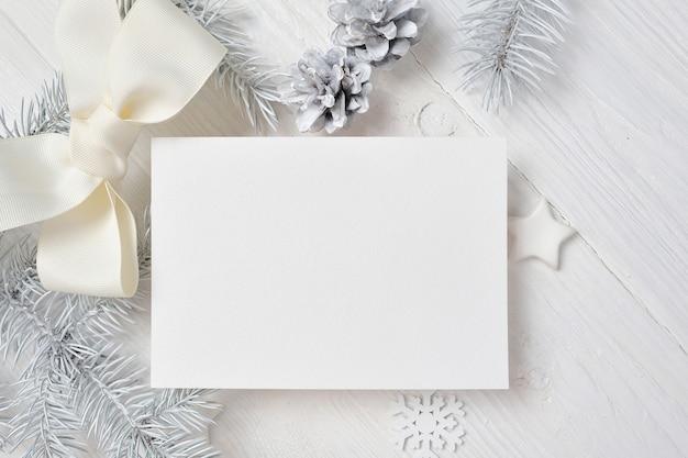 Tarjeta de felicitación de navidad de maqueta con árbol blanco y cono en blanco