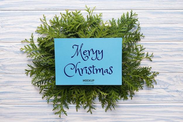 Tarjeta de felicitación navideña de maqueta y ramas de abeto