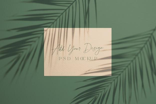 Tarjeta con hojas de palma de sombra superpuestas