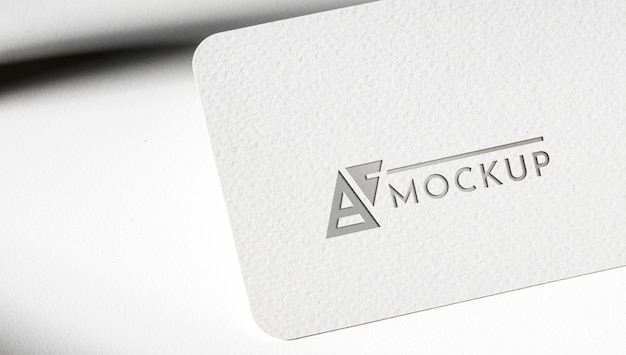 Tarjeta de identidad maqueta sobre fondo blanco.