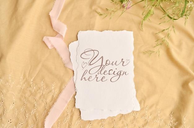 Tarjeta de invitación de boda maqueta. flores y cinta alrededor
