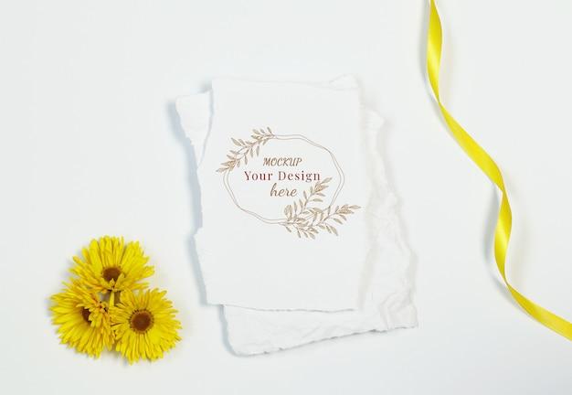 Tarjeta de invitación con flores amarillas sobre fondo blanco