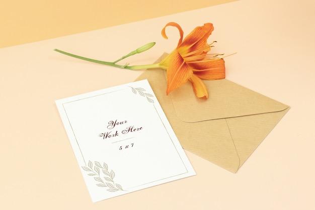 Tarjeta de invitación de maqueta de boda con flor hermosa