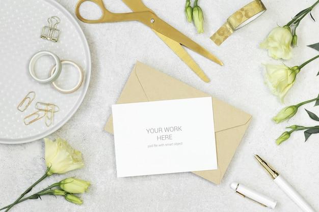 Tarjeta de invitación de maqueta con elementos dorados