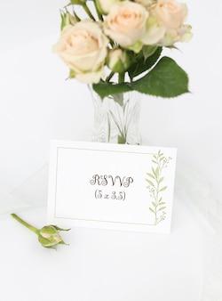 Tarjeta de invitación de maqueta con ramo de rosas en florero