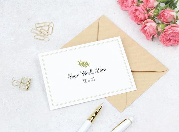 Tarjeta de invitación de maqueta con ramo de rosas