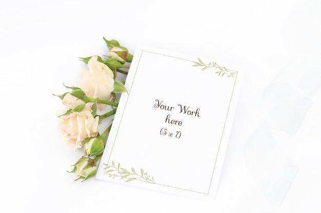 Tarjeta de invitación de maqueta con rosas y cinta