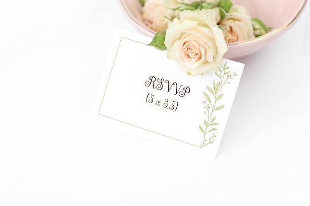 Tarjeta de invitación de maqueta con rosas en placa