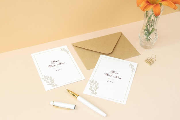 Tarjeta de invitación de maquetas y tarjeta de agradecimiento sobre fondo beige