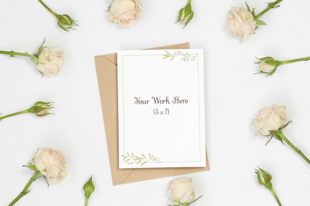 Tarjeta de invitación con sobre artesanal y rosas.