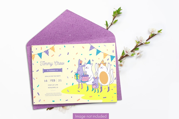 Tarjeta de invitación y sobre de papel artesanal con ramas de cerezo