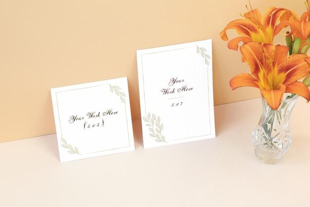 Tarjeta de invitación y tarjeta de agradecimiento en mesa.