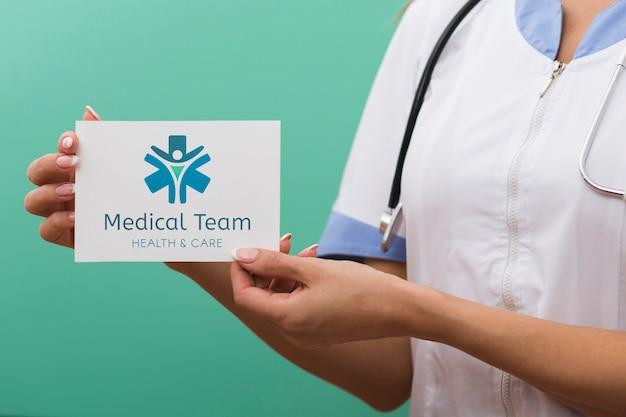 Tarjeta de maqueta del equipo médico