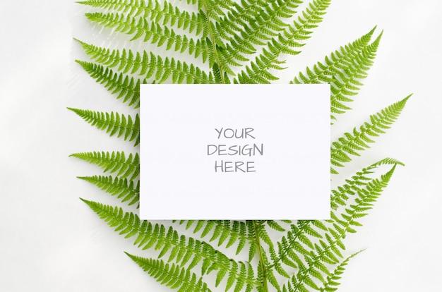 Tarjeta de maqueta con helechos verdes sobre un fondo blanco.
