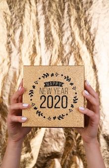Tarjeta de maqueta de madera para la fiesta de año nuevo 2020