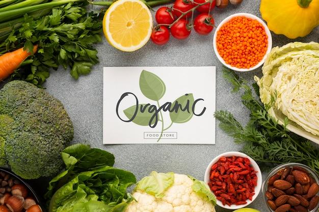 Tarjeta de maqueta orgánica rodeada de verduras