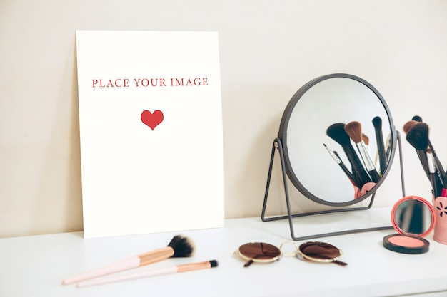Tarjeta de maqueta sobre una mesa blanca, mesa de maquillaje para mujeres, creador de escenas