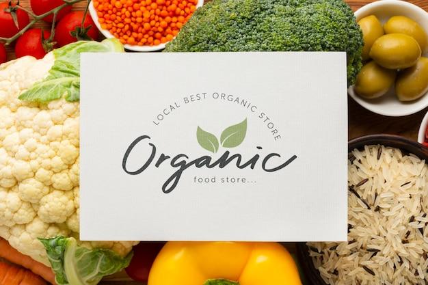 Tarjeta de maqueta con texto orgánico y verduras.