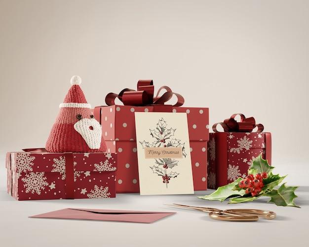 Tarjeta de navidad y regalos en la mesa