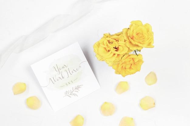 Tarjeta de número de mesa con rosas amarillas