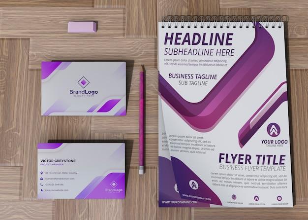 Tarjeta de oficina y bloc de notas marca empresa papel de maqueta comercial