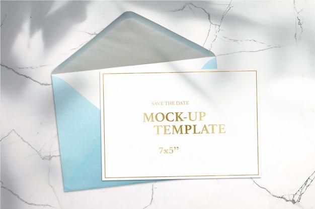 Tarjeta de papel 7x5 y sobre sobre fondo blanco maqueta limpia