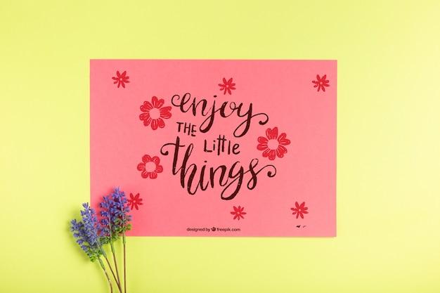 Tarjeta de papel con mensaje y lavanda al lado
