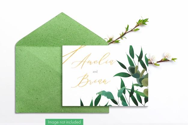 Tarjeta y sobre artesanal con ramas