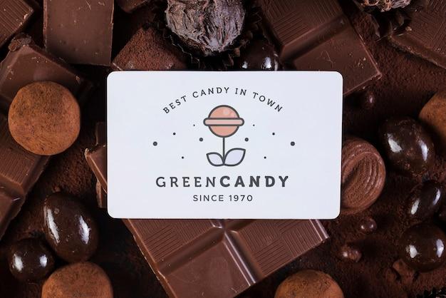 Tarjeta de tienda de dulces verde rodeada de dulces