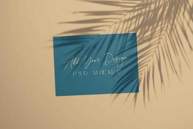Tarjeta de verano con hojas de palma de sombra superpuestas