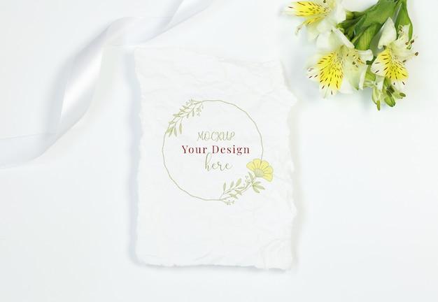 Tarjeta vintage con flores y cinta sobre fondo blanco