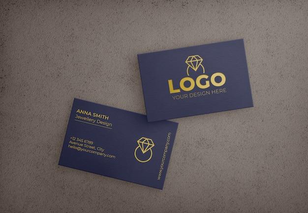 Tarjeta de visita azul oscuro con diseño dorado