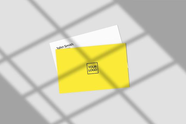 Tarjeta de visita creativa y minimalista con maqueta de sombra.