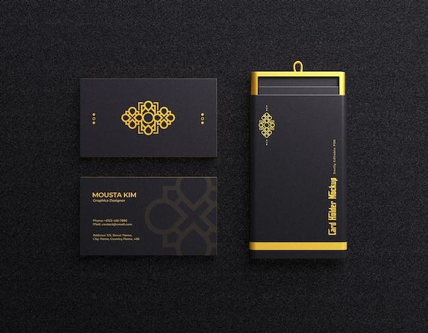 Tarjeta de visita de lujo y elegante con tarjetero en maqueta de color oscuro