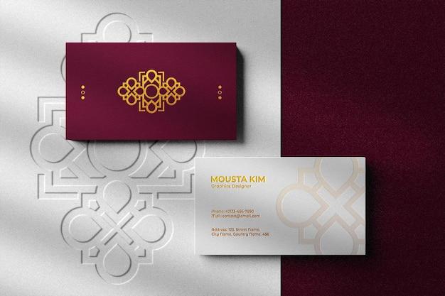 Tarjeta de visita de lujo y moderna con maqueta de logotipo en relieve