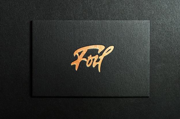 Tarjeta de visita negra simulada con letras doradas