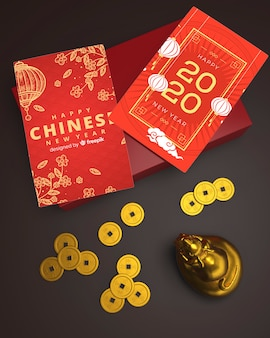 Tarjetas de felicitación en la mesa para año nuevo chino